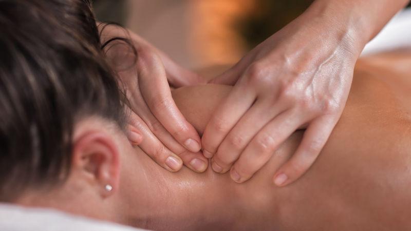 Woman-getting-her-shoulder-massaged-in-Greenock